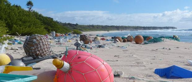 这座小岛从来人迹罕至,却残留着3800万件垃圾