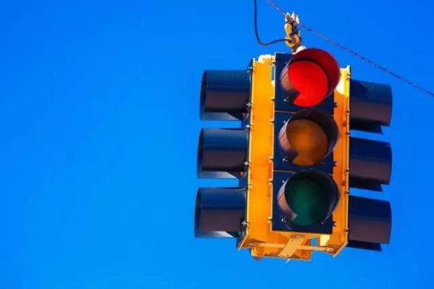从路口的红绿灯看管制的效率