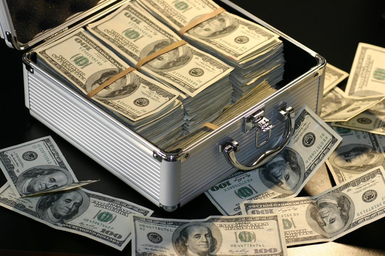 年赚八千亿的商业银行,为什么就不愿意给你分红加息?