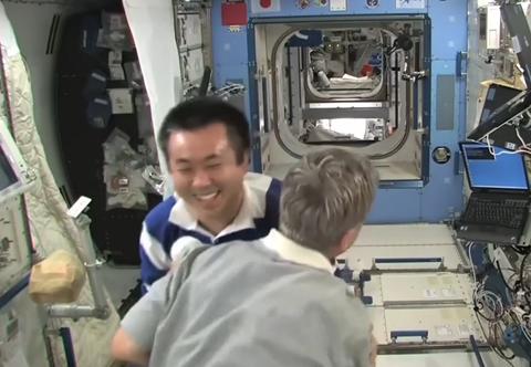 在外太空玩拔河会发生什么?