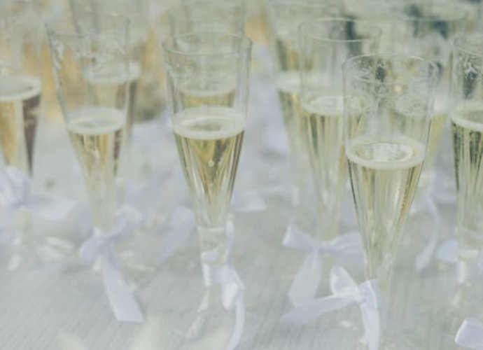 喝香槟不能用塑料杯,这原来是个深奥的科学问题!