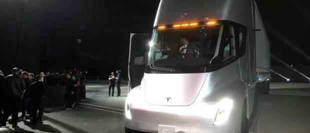 大力士还是电老虎?一次耗光4000家电量的特斯拉卡车
