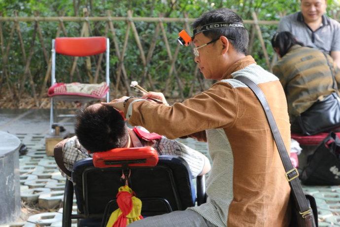 江湖小人物:挖耳匠和他的疯妈妈