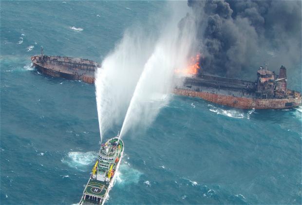 """燃烧的""""桑吉""""轮:海上碰撞溢油事故何时休?"""