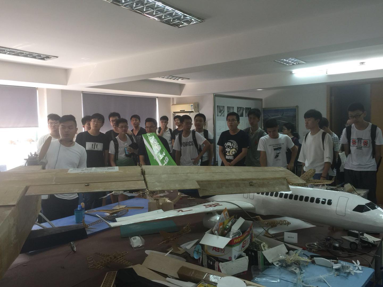 微小飞行器实验室接待工程力学班学生见习实习参观