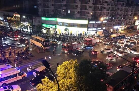 穿拖鞋、油门当刹车:杭州7·30车祸肇事司机该当何罪?