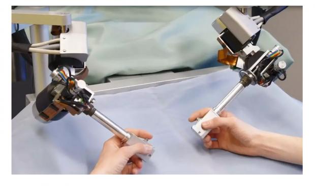 手术刀不再抖:眼科手术机器人完成首批临床实验