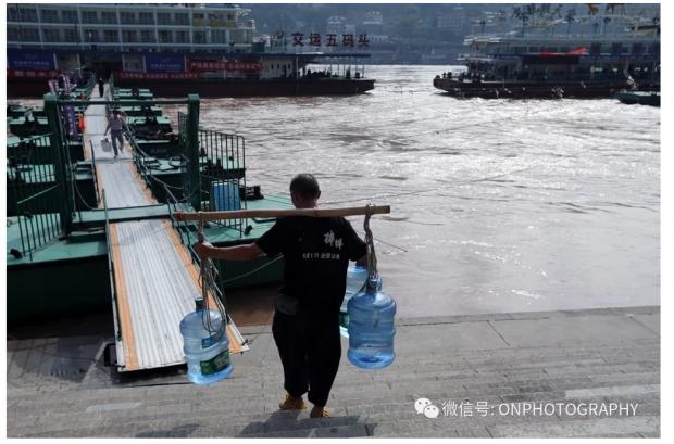 【论摄影】山城重庆最后的棒棒