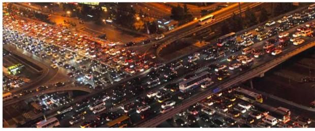 元胞自动机揭示交通瘫痪成因:车多路窄惹的祸