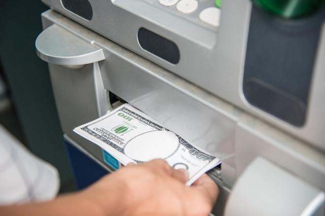 ATM机时代落幕,曾经代表先进科技的ATM机是被谁击败的?
