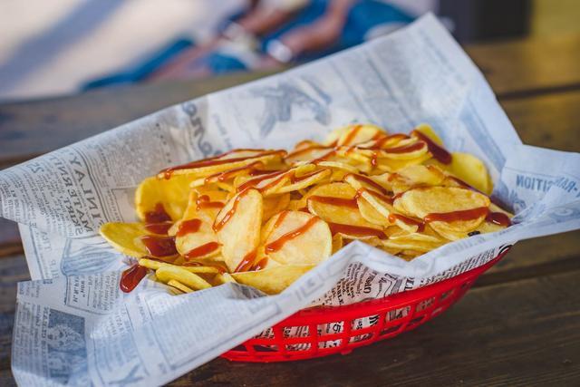 乐事薯片从卖空气涨价成奢侈品,为啥我们连薯片都吃不起了?