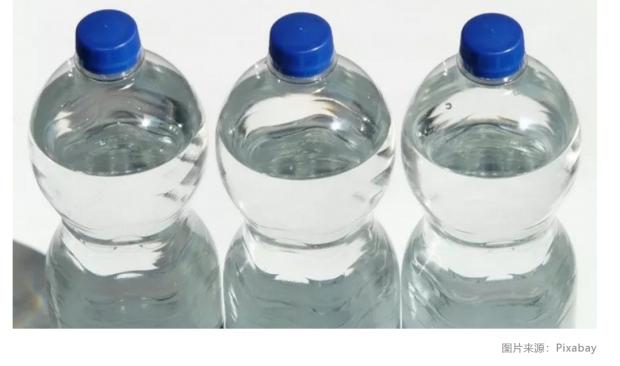 方便携带的瓶装水,把多少塑料颗粒喂进你嘴里?|一周科技