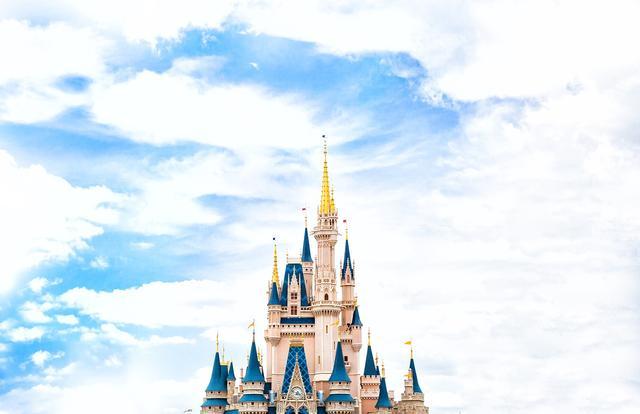 迪士尼没有童话只有翻包,为何迪士尼宁愿暴跌两千亿也要硬抗?