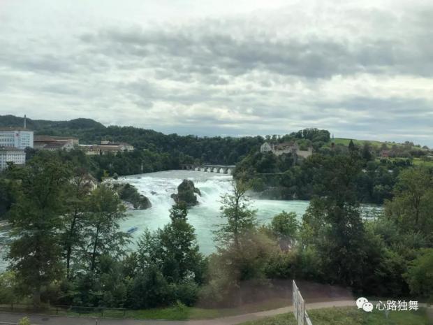 游记 | 欧洲流量最大的瀑布 一脚迈到德国了