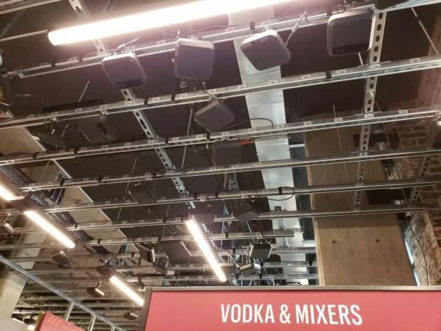 亚马逊首家无人超市开业当天 记者中途换装成功骗过摄像头