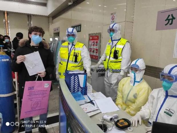 志愿者口述:武汉封城之初,帮助发烧的意大利少年回家