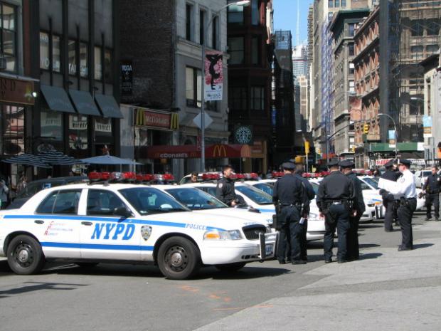 与纽约警察合影