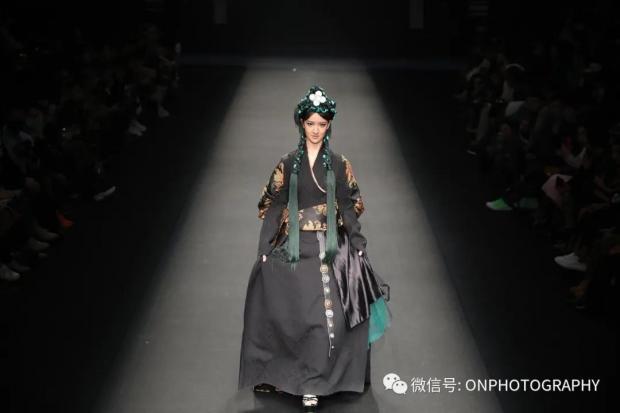 今天拍了一场藏族时装秀