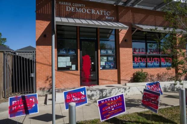 大选现场,投票的人说我们排队了4年