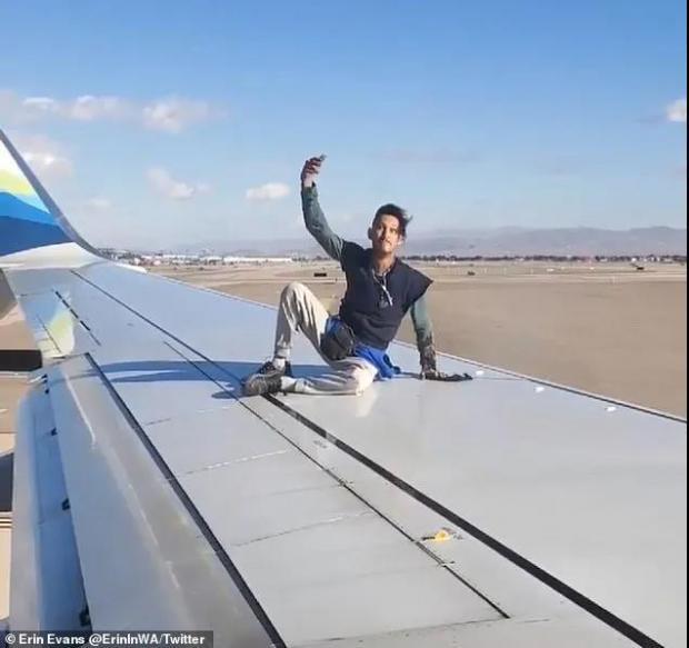 飞机起飞前,跑道上来了一个人,还爬上机翼跳舞了!