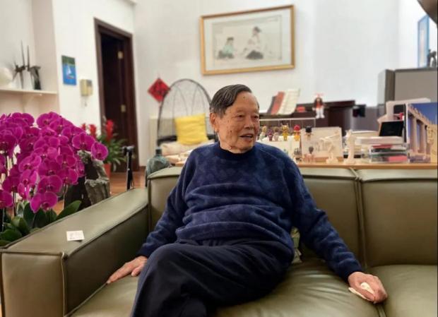 99岁杨振宁寄语青年学子:要清楚方向、选对方向