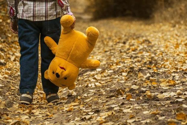 八成以上家暴儿童案件源于父母,外部如何干预?