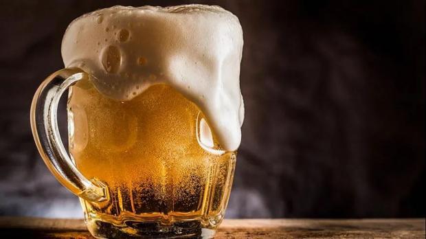 看欧洲杯时,如何倒出一杯完美的啤酒?