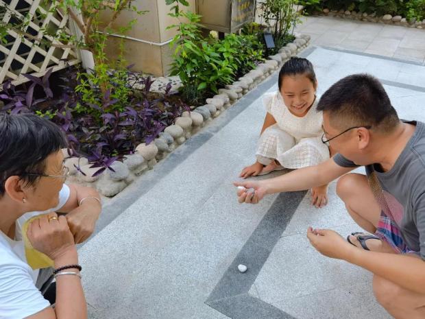 刘兴亮:民俗传承,老母亲教我女儿「兜骨骨」